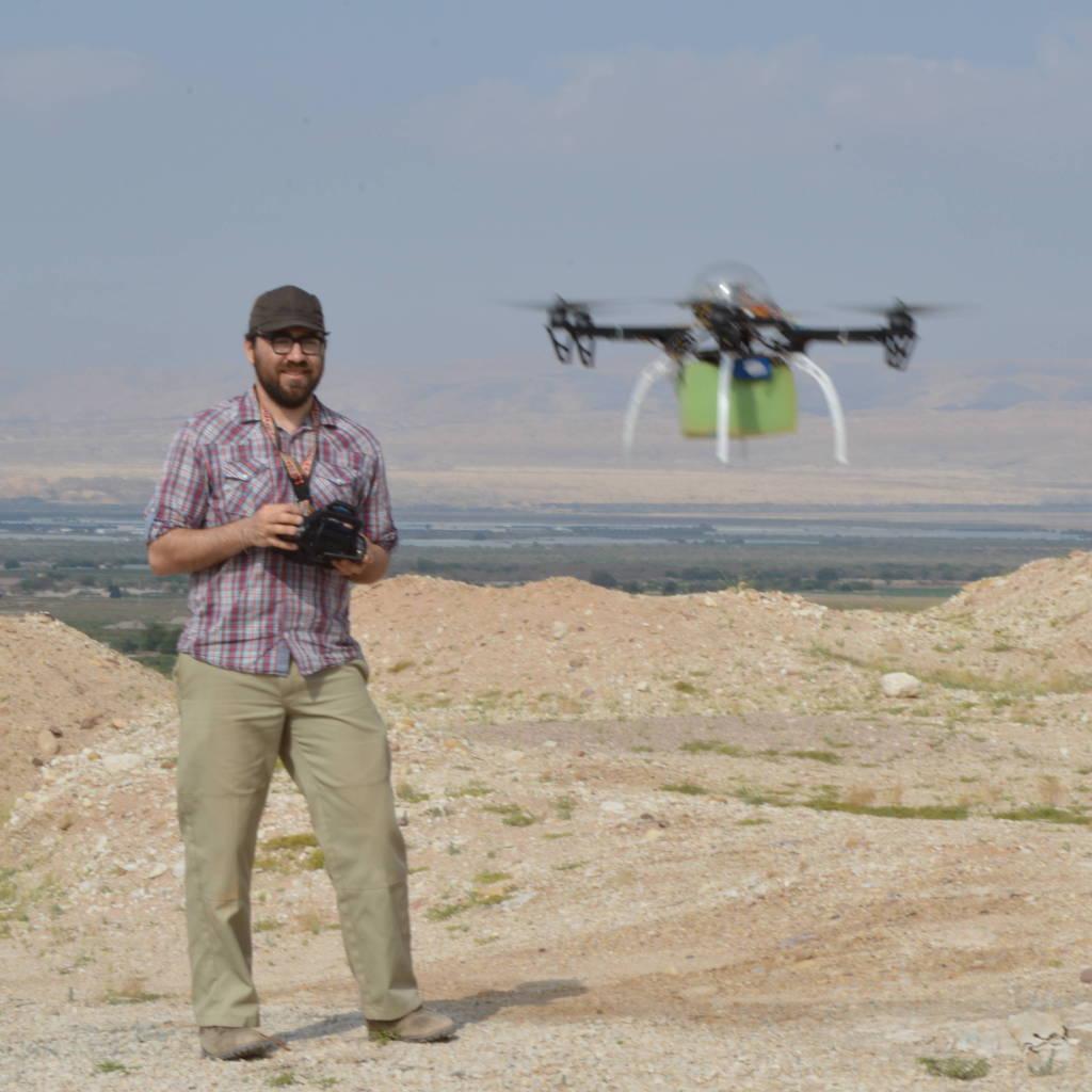 Austin Chad Hill alle prese con un drone. (Immagine presa da anthropology.uconn.edu)