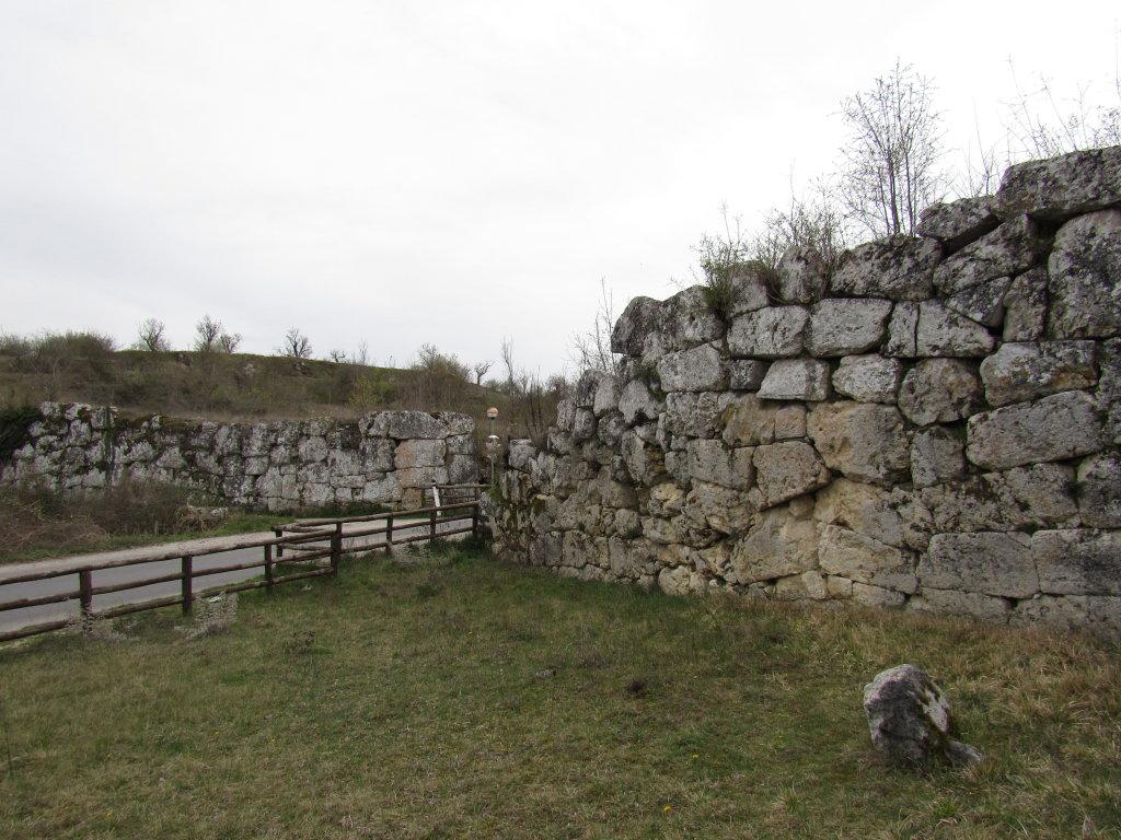 ingresso forificazioni di Alba fucens p.ruggeri www.megalithic.it